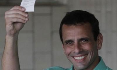 Henrique-Capriles-holds-h-007