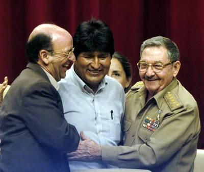 """El presidente boliviano Evo Morales (centro) es saludado por el vicepresidente cubano Carlos Lage y por Raúl Castro, gobernante interino de la isla, al término de su discurso en la clausura del coloquio Memoria y futuro: Cuba y Fidel, realizado en La Habana como parte de los festejos por el cumpleaños del comandante. Lage aseguró que en su país """"no habrá sucesión, sino continuidad"""" y que en ausencia del jefe máximo prevalecerá la unidad bajo un sistema socialista """"irreversible"""""""