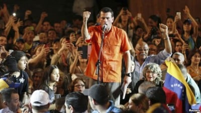 Capriles addresses students in Maracaibo