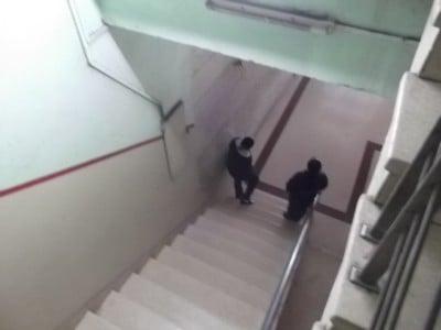 Sentirse fuerte. Las policías sentadas en la escalera de mi casa prohibiendo mi paso hacia la calle