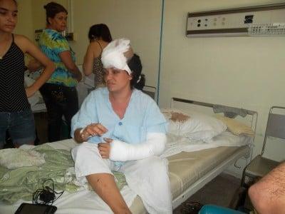 Bárbara Danay Canals Aramburu junto con su hija Jessica Almerí Canals en el hospital. Vean la funda manchada de sangre sin cambiar