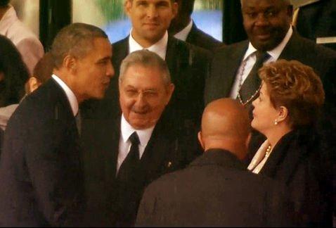 Obama-saluda-Raul-Castro-presidenta_MILIMA20131210_0266_11