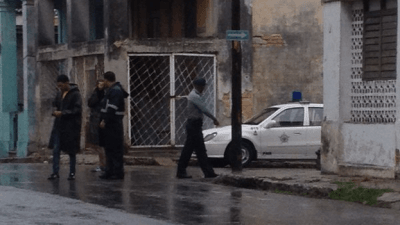 A police patrol at the corner by Eliecer Avila's to prevent the arrival of guests. (14ymedio)