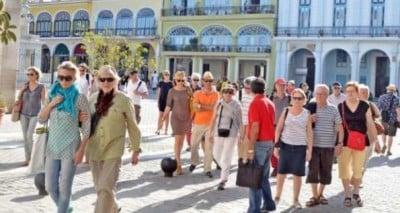 turistas-en-la-habana-vieja-620x330