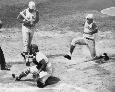 Chico Ruiz stealing home 1964 against Phillies