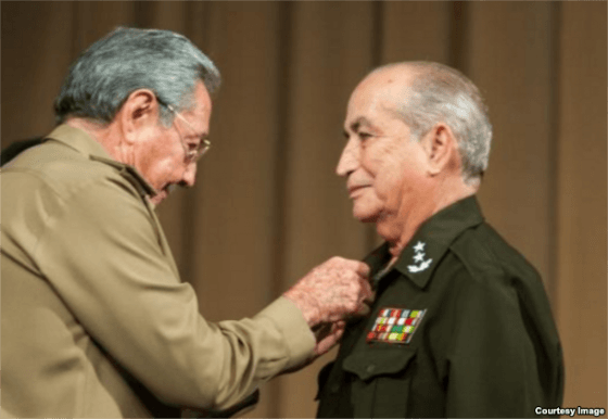 King Raul pins medal on Minister of the Interior