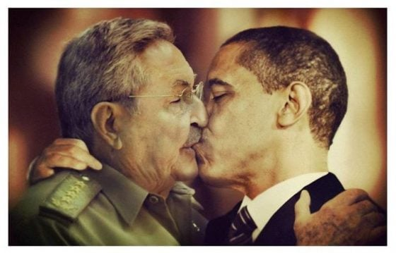 Raul-and-Obama-kissing