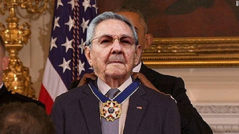 obama gives raul the presidential medal of freedom